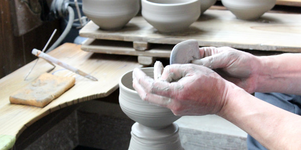 This is the Rinzan Kiln, a studio in Sumiyama, Kyoto, headed by Junji Hayashi, its fourth-generation head. Using a potter's wheel, he crafts easy-to-use, quality matcha tea bowls beloved by […]